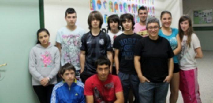 Yolanda Moreno junto a algunos de sus alumnos de Plástica