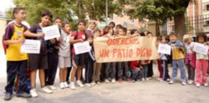"""Los escolares portaban una pancarta en que se podía leer: """"Queremos un patio digno"""". /LEANDRO VALDEZ"""