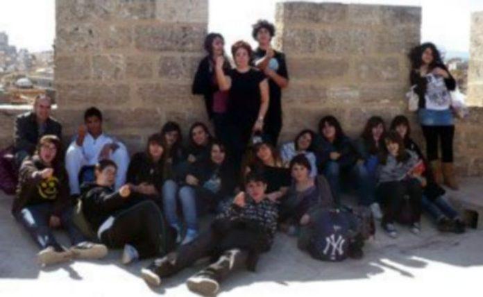 Los alumnos junto a sus profesores en la Puerta de  Serranos de la capital valenciana.