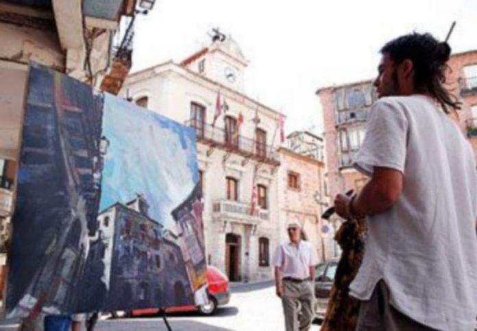Uno de los participantes en la edición de 2008 realizando su obra en la que reproduce el edificio consistorial ./GABRIEL GÓMEZ