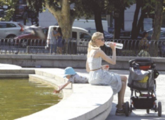 La hidratación y evitar una exposición prolongada al sol son las técnicas más efectivas contra los golpes de calor. / EFE