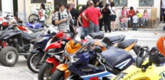 Imagen de motocicletas estacionadas en una zona próxima a la Plaza de Toros de Cuéllar en una edición anterior. / G. Gómez