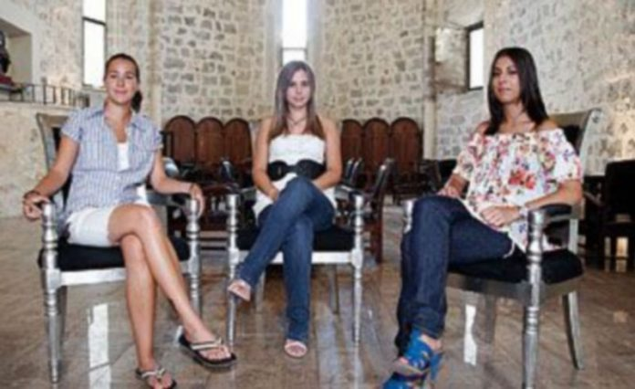 Raquel Fradejas (centro)