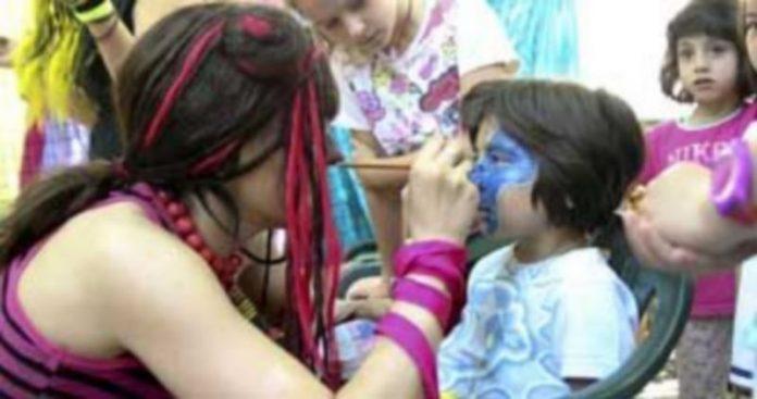 El taller de maquillaje de Teatro Zereia fue una de las actividades con más participación de la feria. / Gabriel Gómez