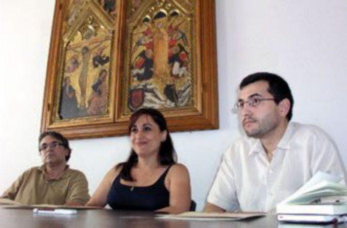 La concejala de Turismo junto al presidente de ACC (izquierda) y el de los hosteleros (derecha). / GABRIEL GÓMEZ