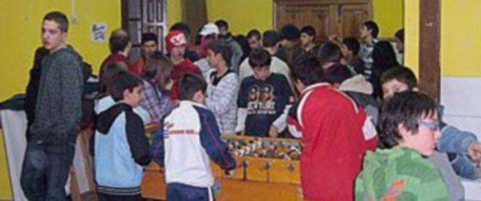 Jóvenes jugando al futbolín en la Casa Joven Carchena. / El Adelantado
