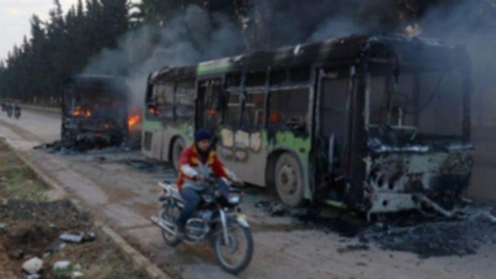 Algunos de los autobuses consiguieron llegar hasta la entrada de las dos localidades. / efe