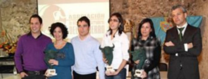 Los premiados y los participantes en la conferencia tras la entrega de premios y obsequios. /Gabriel Gómez