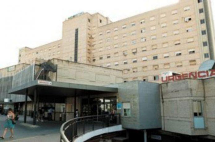 La infortunada fue tratada en el Hospital Valme de Sevilla. / EFE