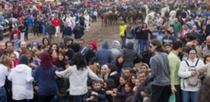 Los manifestantes antitaurinos protagonizan una sentada en el recorrido del encierro con los lanceros detrás. / R. García/EFE