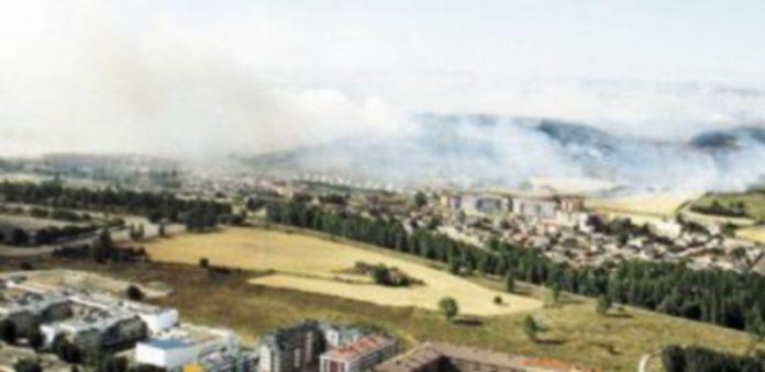 Una imagen del incendio en la zona sur del Polígono de Villalonquéjar y la zona norte de la barriada de Yagüe