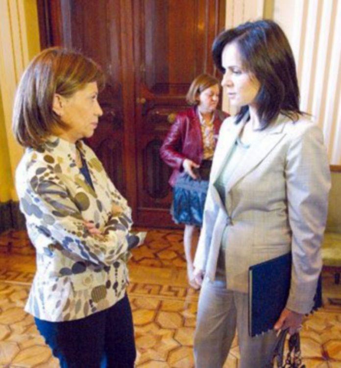 La ministra Elena Espinosa conversa con la consejera Silvia Clemente (d). / ICAL