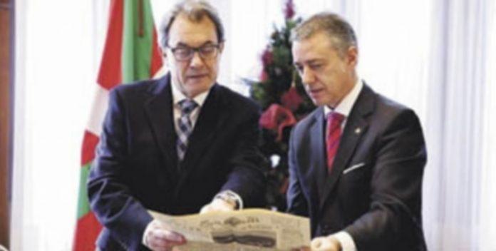 Los dos dirigentes observan un diario de 1936 en el que se informaba de la constitución del primer Gobierno vasco. / E.p.