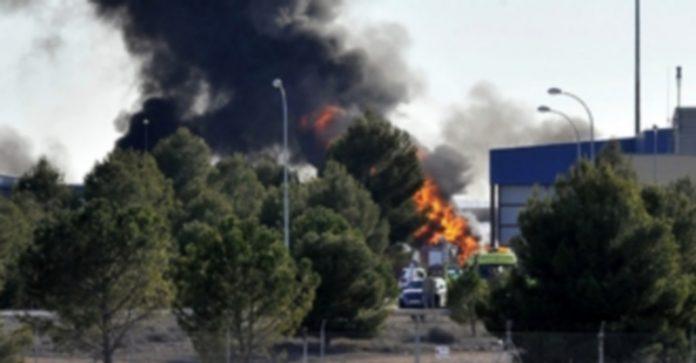 Columna de humo producida por la explosión del avión en la base de Los Llanos. / EFE