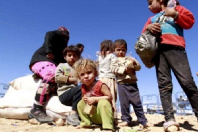 Varios niños iraquíes esperan a ser enviados a un campo de refugiados. / Efe