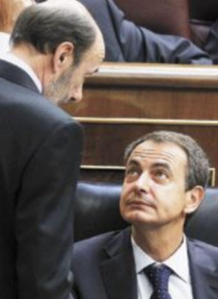 Zapatero escucha a Rubalcaba durante el Pleno celebrado ayer en el Congreso. / EFE