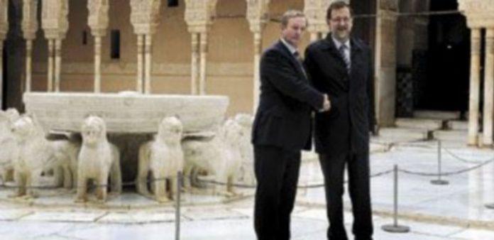 El presidente del Gobierno posa junto al primer ministro irlandés en el Patio de los Leones de la Alhambra de Granada. / Efe