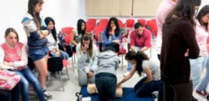 Imagen de uno de los talleres prácticos llevados a cabo por la Escuela de Socorrismo de Segovia. / Kamarero