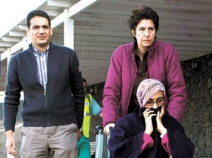 Dos voluntarios ayudan a Aminatu Haidar