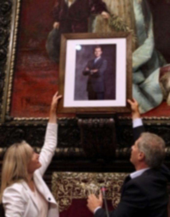 Dos concejales 'populares' colocan la fotografía en el salón de plenos. / EFE