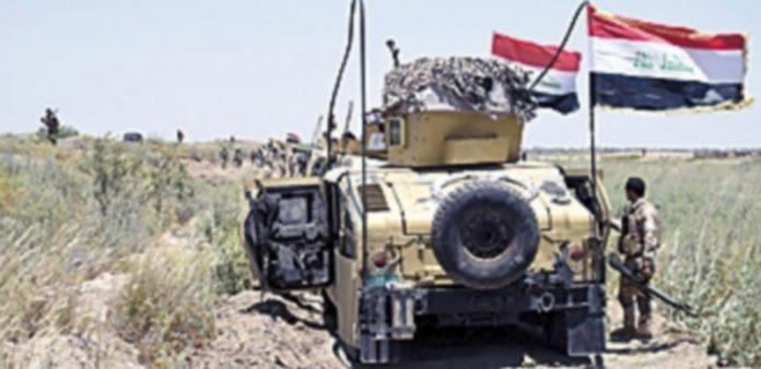 Soldados del Ejército iraquí toman posiciones en las inmediaciones del suroeste de Faluya antes de iniciar el asalto. / EFE