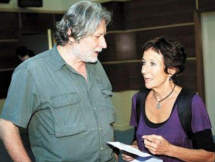 La ex dirigente de IU Ángeles Maestro charla con el escritor Carlo Frabietti en la presentación de las listas de II. / Z. (Efe)