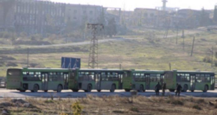 Los autobuses y ambulancias cruzaron la línea de frente con civiles del este de Alepo