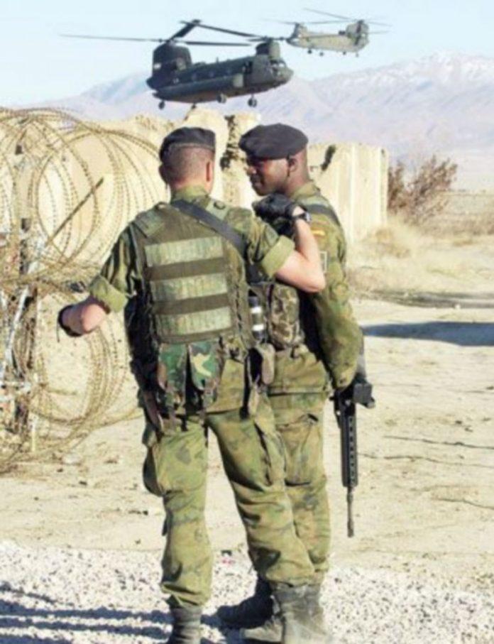 Dos helicopteros 'Chinook' sobrevuelan el cuartel donde charlan dos soldados españoles. / EFE