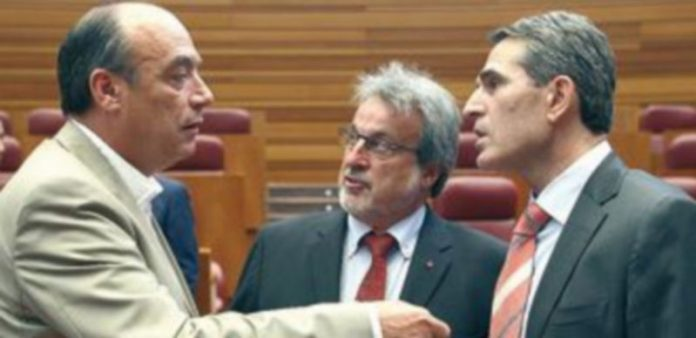Franciso Ramos (i) y Sanz Vitorio (d) conversan ante la presencia de José María González en un pleno celebrado en julio. / Ical