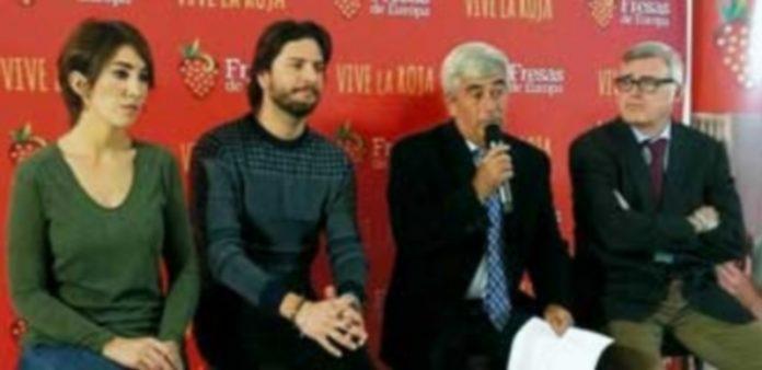 El cantante Manuel Carrasco y la repostera bloguera Alma Obregón son los embajadores de la campaña impulsada por 'Fresas de Europa'. / E.A.