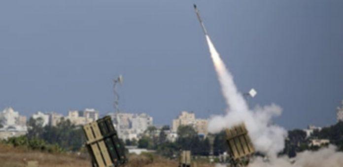 Lanzamiento de un misil del escudo antimisiles Cúpula de Hierro para interceptar un cohete palestino. / Efe