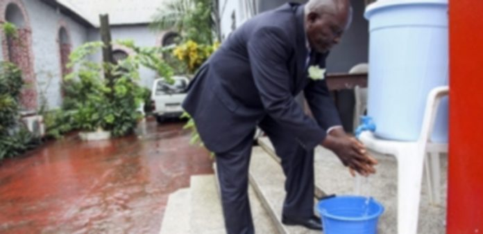 Un liberiano se lava las manos como medida de precaución. / Efe