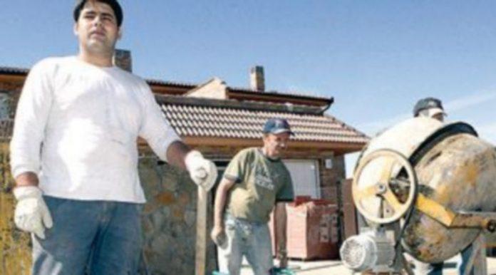 Inmigrantes rumanos trabajan en la construcción. / Ical