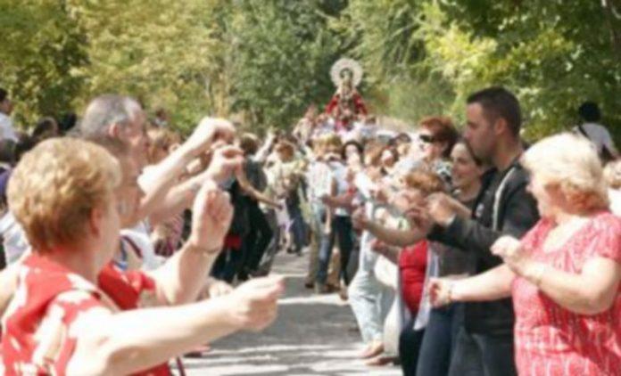 La procesión rodeará la pradera hasta el acceso al santuario con danzas a la Virgen. / Gabriel Gómez