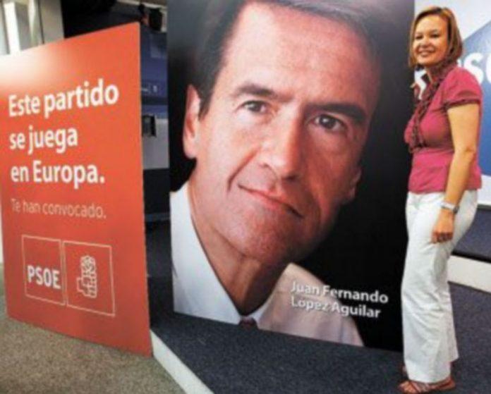 Leire Pajín posa junto a uno de los carteles del PSOE para las elecciones europeas del próximo día 7 de junio. / EFE