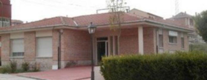 Acceso al velatorio municipal situado en la calle Arcediano Gómez González./Gabriel Gómez