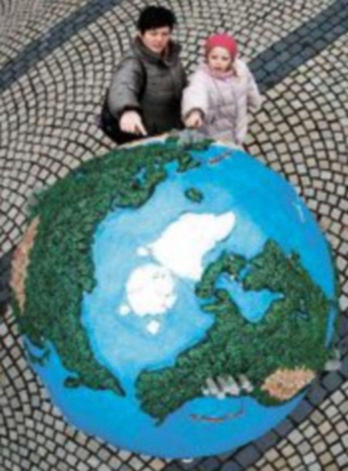 Varios globos terráqueos adornan las calles de Copenhague para hacer a los ciudadanos partícipes de los problemas que genera el calentamiento global. / REUTERS