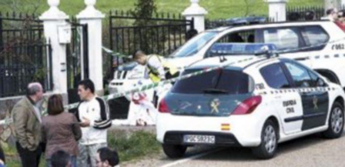 Varios vecinos observan el lugar donde han aparecido tres cadáveres en Vegalatrave (Zamora). / Ical