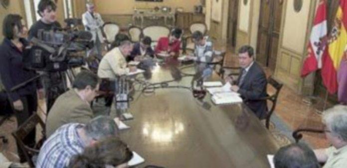 César Rico presenta en rueda de prensa los informes sobre el Condado de Treviño. / Ical