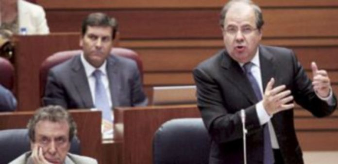 Juan Vicente Herrera interviene en el pleno mientras escuchan atentos De Santiago-Juárez y Fernández Carriedo. / Ical
