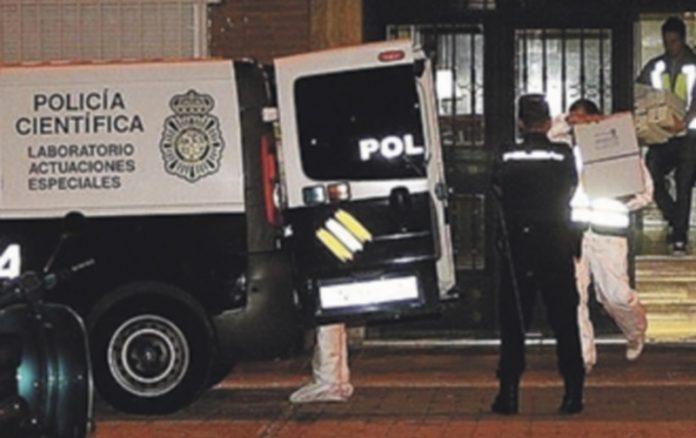 La Policía Científica durante la recogida de pruebas en el piso del acusado. / Ep.