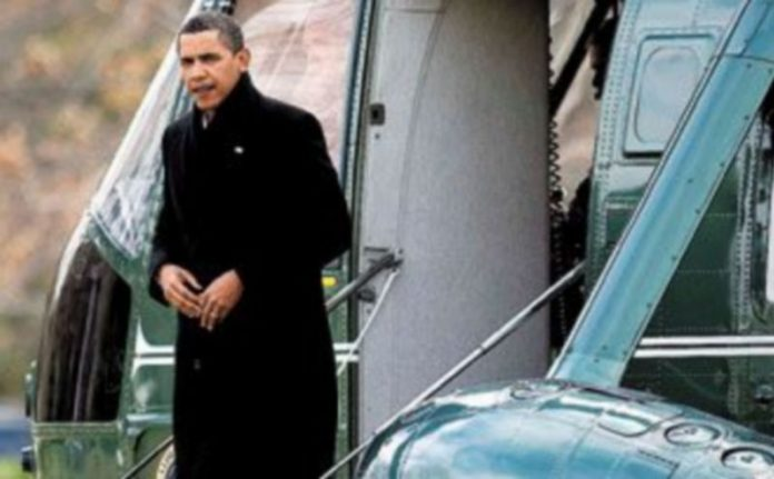Barack Obama baja del helicóptero 'Marine One' en el jardín de la Casa Blanca