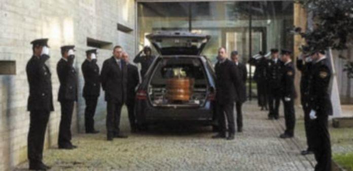 El féretro con los restos de la agente de Policía Nacional Vanessa María Lage a su llegada a la Comisaría de Vigo. / EFE