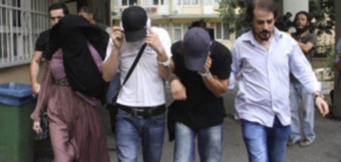 Agentes de policía detienen a supuestos miembros del Estado Islámico (EI) en Estambul durante la operación. / Efe