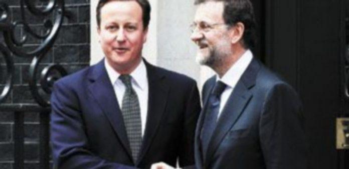 David Cameron y Mariano Rajoy posan en una amigable actitud durante una de las visitas del español a Londres en 2012. / Finbarr O'reilly (reuters)
