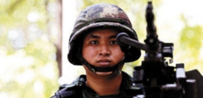Un soldado vela por el orden en las calles de la capital