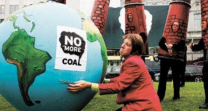 Activistas ambientales protestan contra las centrales eléctricas de carbón cerca del Parlamento Europeo
