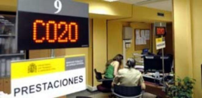 Dos mujeres reciben información en una oficina del Servicio Público de Empleo