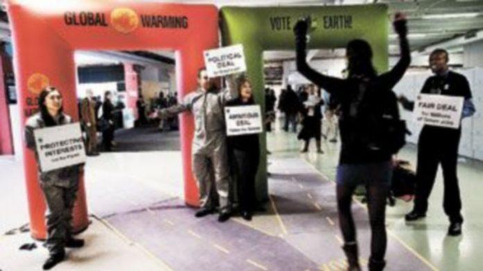 Ecologistas se manifiestan a las puertas del Centro Bella de Copenhague