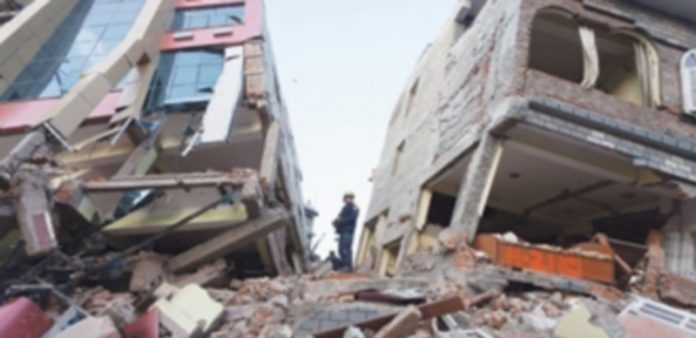 Miembros del equipo de rescate trabajan en los escombros que causó el terremoto producido ayer. / Efe